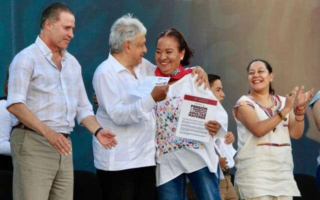 El presidente de México, Andrés Manuel López Obrador, acompañado del Gobernador de la entidad, Quirino Ordaz Coppel y la secretaria de Bienestar, María Luisa Albores González, presentaron Los Programas Integrales de Bienestar. FOTO: NOTIMEX
