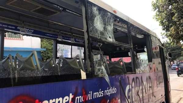 Los inconformes realizaron pintas y rompieron ventanas del autobús.