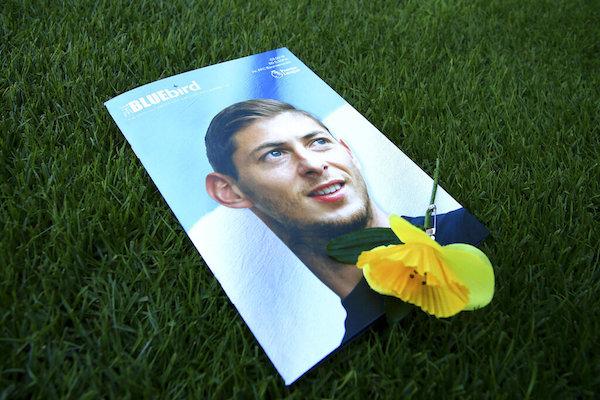 Vista del programa del día del partido con una imagen de Emiliano Sala en la portada. Foto: AP