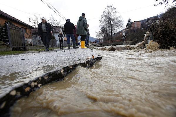 Las personasen  observaron daños después de las inundaciones en la ciudad de Zenica, Bosnia. Foto: AP