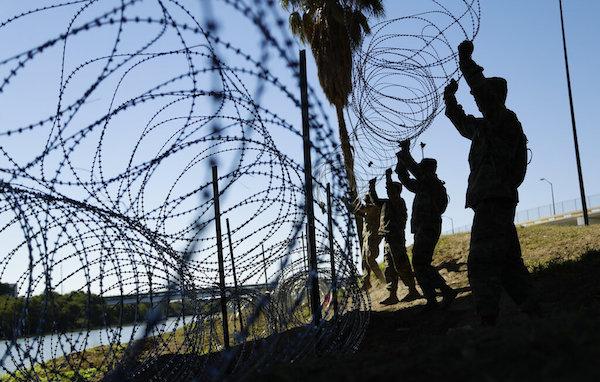 Varios soldados de Estados Unidos instalan varias hileras de cable de púas a lo largo de la orilla estadounidense del río Bravo cerca del puente internacional Juárez-Lincoln, en Laredo, Texas. (AP Foto/Eric Gay, Archivo)