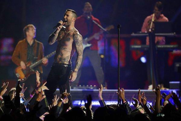 Adam Levine de Maroon 5 durante su presentación en el medio tiempo del Super Bowl 53 de la NFL(Foto AP/Jeff Roberson)