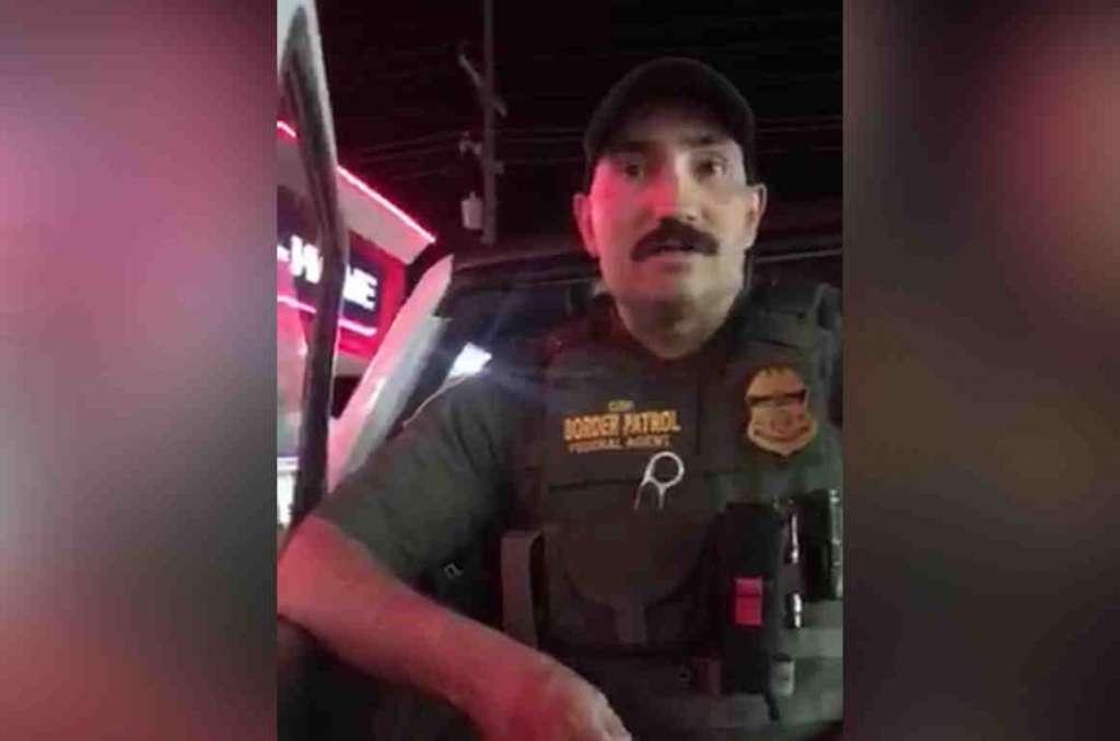 Agente detiene a dos mujeres