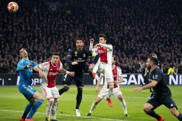 Ajax parecía encaminado a rescatar el empate en la Arena Johan Cruyff cuando Hakim Ziyech batió al arquero Thibaut Courtois con un disparo rasante a los 75 minutos