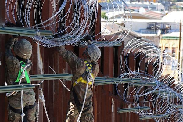 Las tropas estadounidenses instalando  alambre de púas  a lo largo de la cerca fronteriza en Nogales, AZ, durante el mes de noviembre pasado. Foto: Reuters