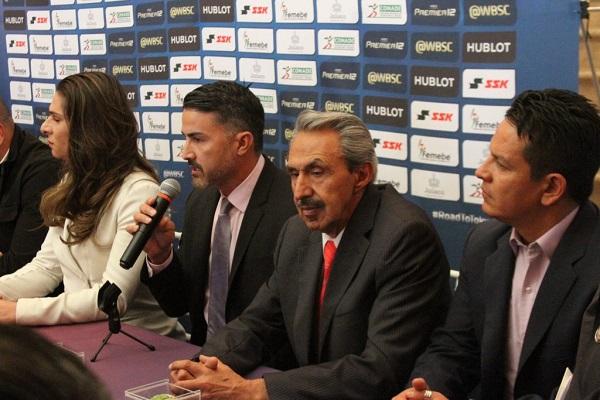 González (micrófono) hizo énfasis en que aparte del desarrollo deportivo, también prestarán atención a la educación de los jugadores. Foto: Especial