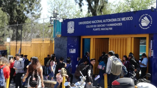 Desde las nueve de la mañana los estudiantes del plantel llevaron a cabo una consulta entre la comunidad conformada por profesores y compañeros. Foto: Leticia Ríos