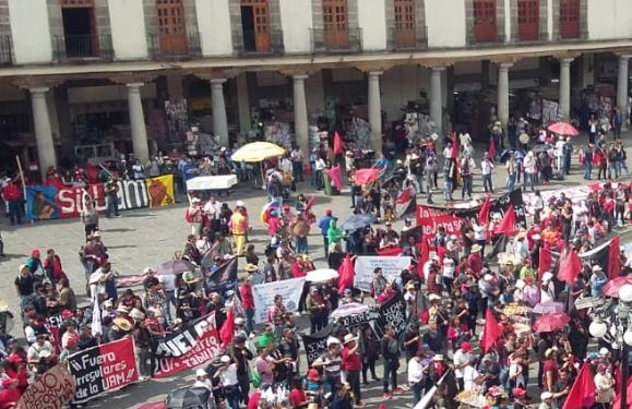 Manifestantes piden cumplir con sus demandas de un incremento al salario frente a laSecretaría de Educación Pública. FOTO: ESPECIAL