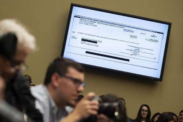 El exabogado presentó un cheque con el que el mandatario le reembolsó parte del pago a la actriz Stormy Daniels. FOTO: AFP