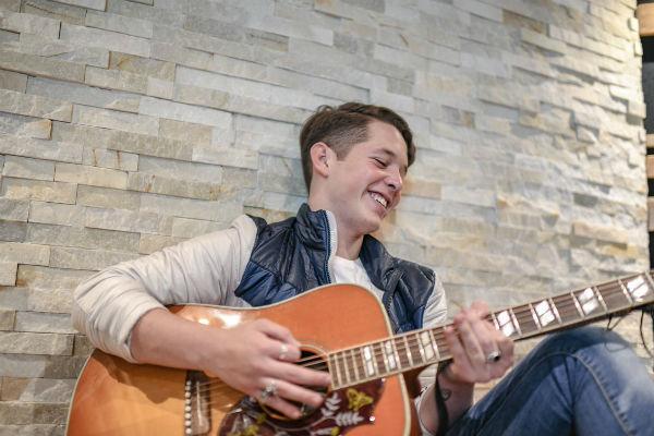 """""""Es una canción muy íntima, la mitad del tema es sólo guitarra y voz para que la gente la escuche a detalle, ya después entran más instrumentos, sé que les va a encantar"""", afirmó"""