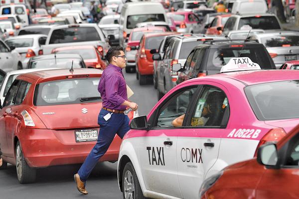 ENDEBLES. Los peatones de la Ciudad de México son las más vulnerables en incidentes viales. Foto: Edgar López / El Heraldo de México.