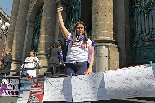 DENUNCIA. Activistas acudieron al Congreso de la CDMX para denunciar páginas web donde se exhiben y comercializan videos que violentan a las mujeres. Foto:  Nayeli Cruz / El Heraldo de México.