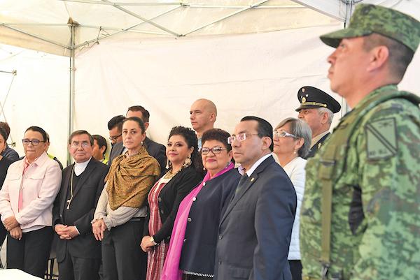 La jefa de Gobierno observa la entrega de armas a manos de miembros del Ejército Mexicano, quienes las destruyen. Foto: Leslie Pérez / El Heraldo de México.