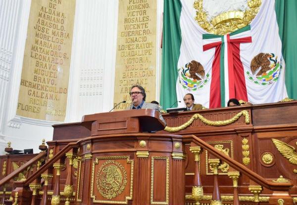 El coordinador de la bancada de Morena argumentó que la inscripción en letras de oro es el recordatorio de que las leyes deben cumplirse. Foto: Notimex