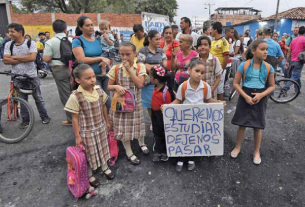 Miles dependen de cruzar a Colombia para poder trabajar, estudiar y comprar productos básicos. FOTO: ESPECIAL