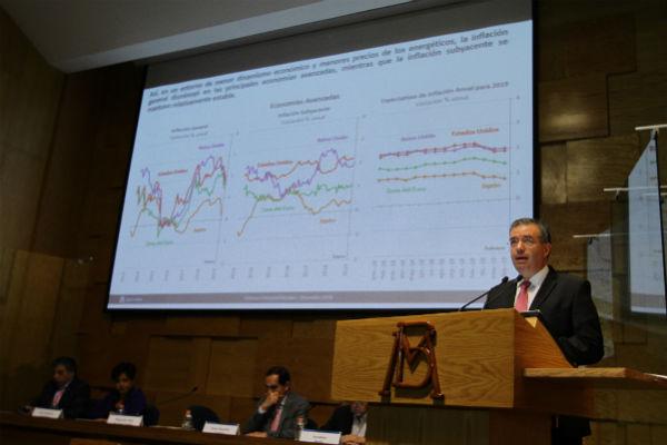 Alejandro Díaz de León, gobernador del Banco de México, pidió al gobierno de López Obrador cuidar las calificaciones de Pemex y del país. FOTO: NOTIMEX