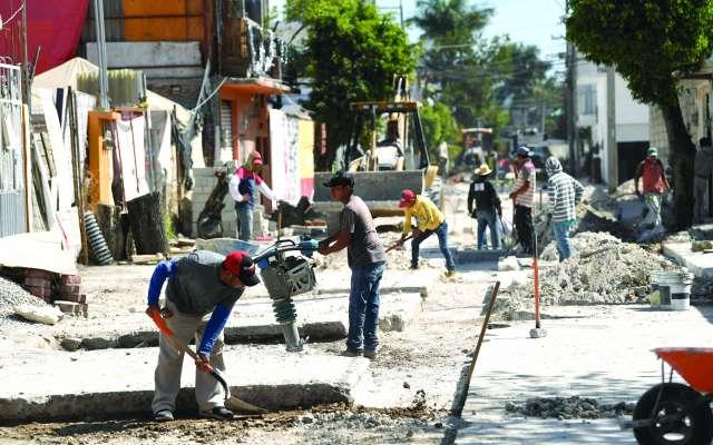 Los vecinos ponen la mano de obra para la reconstrucción de las calles del pueblo. FOTOS: FOTO: LESLIE PÉREZ