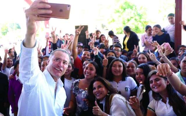 El gobernador Quirino Ordaz escuchó y atendió a los pobladores de Badiraguato. FOTO: ESPECIAL