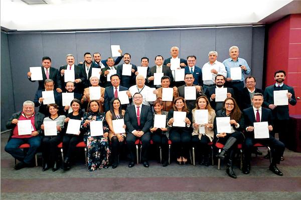Los 32 coordinadores estatales de Programas para el Desarrollo, con su líder. Foto: Cuartoscuro