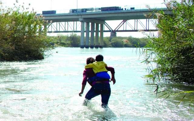 Migrantes hondureños intentaron cruzar a Estados Unidos por el río Bravo. FOTO: REUTERS