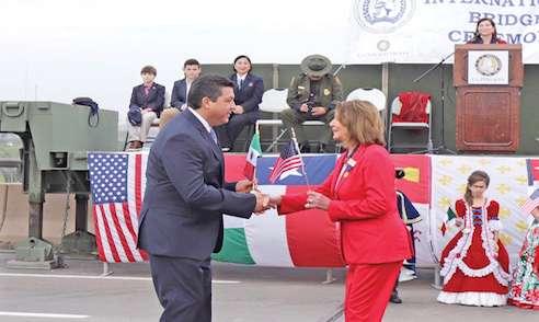 TRADICIONAL. Francisco García Cabeza de Vaca y Nancy Pelosi protagonizaron la ceremonia. Foto: Especial