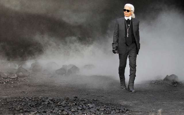 El diseñador Karl Lagerfeld, considerado uno de los más influyentes en la moda, murió a los 85 años, en París. FOTO: REUTERS