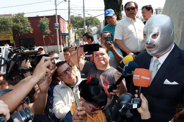 Imágenes de la guardia de honor de El Hijo del Santo ante la estatua de su padre en la colonia Morelos. Foto: @Kaiser_Lozano