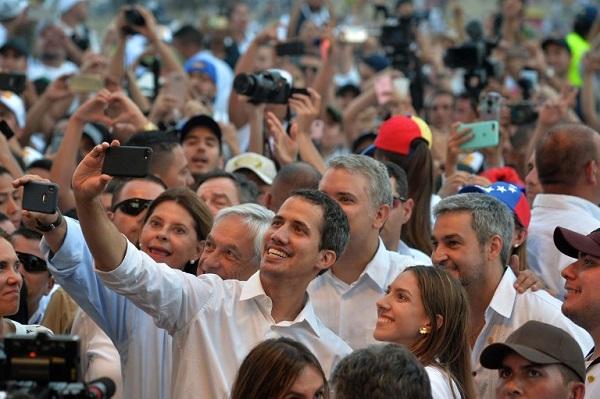 El líder de la oposición de Venezuela, Juan Guaido se toma un selfie junto a su esposa Fabiana Rosales y los presidentes Sebastián Piñera, Iván Duque y  Mario Abdo Benítez. Foto: AFP