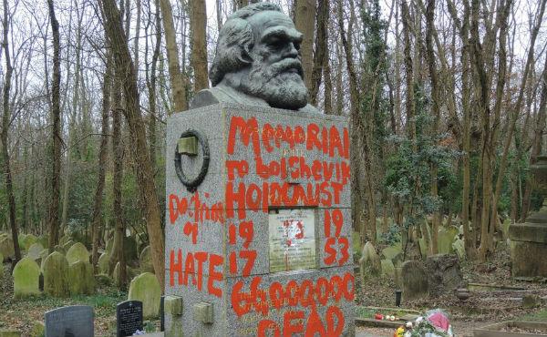 La policía metropolitana informó que recibió un informe de daños contra la tumba de Marx este sábado a las 10:50 horas locales Foto: @highgatecementer