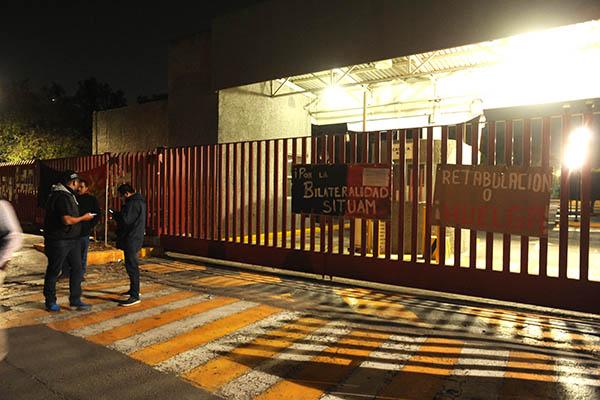 Trabajadores sindicalizados de la Universidad Autónoma Metropolitana (UAM) colocaron las banderas de huelga al no aceptar el aumento de aproximadamente el 3% de aumento a su salario. FOTO: NOTIMEX