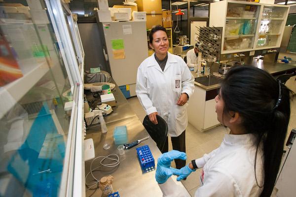 La científica de la Escuela Nacional de Ciencias Biológicas (ENCB), Eva Ramón Gallegos, explicó que la terapia fotodinámica además de erradicar al VPH (agente patógeno que es la principal causa de cáncer cervicouterino), también elimina lesiones premalignas de cáncer de cérvix en una etapa muy inicial. FOTO: IPN /CUARTOSCURO.COM