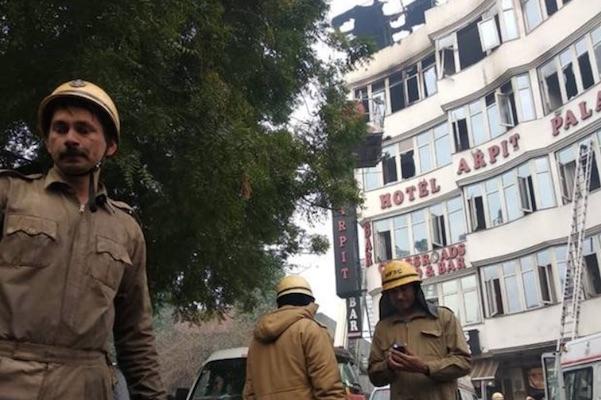En el incendio, 35 personas fueron rescatadas por los bomberos. Foto:  Twitter