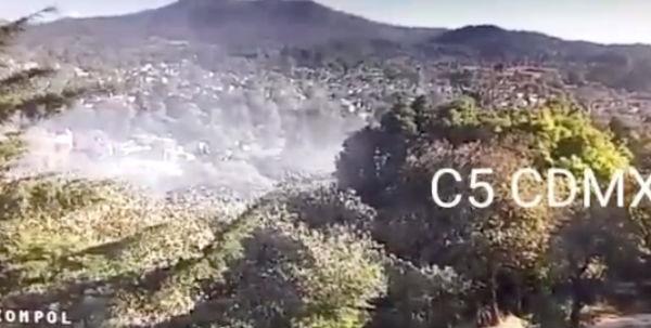 Bomberos, Policías y brigadistas de Protección Civil realizan labores para apagar el incendio en la zona. FOTO: @C5_CDMX