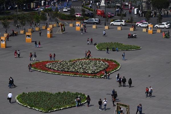 MONUMENTAL. Los corazones representan la diversidad sexual; fueron elaborados con flores traídas de Xochimilco. Foto: PABLO SALAZAR