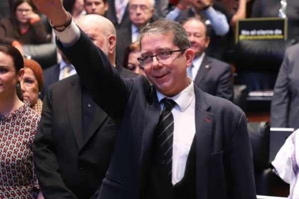 En tribuna, la senadora priista, Beatriz Paredes Rangel, destacó la honestidad intelectual del periodista y ahora funcionario público