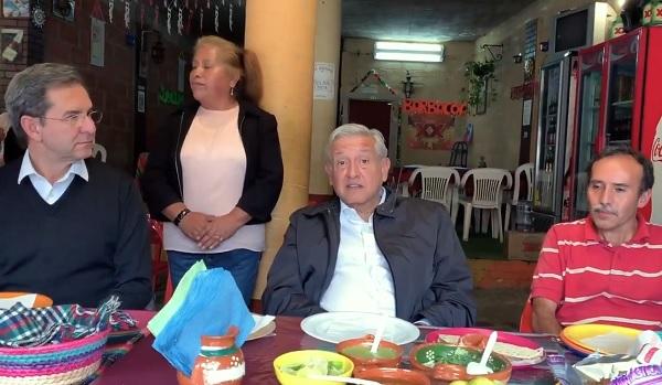La grabación fue realizada a la hora de la comida del Presidente; Esteban Moctezuma Barragan, titular de la Secretaría de Educación Pública (SEP)acompaña al mandatario. Foto: Especial