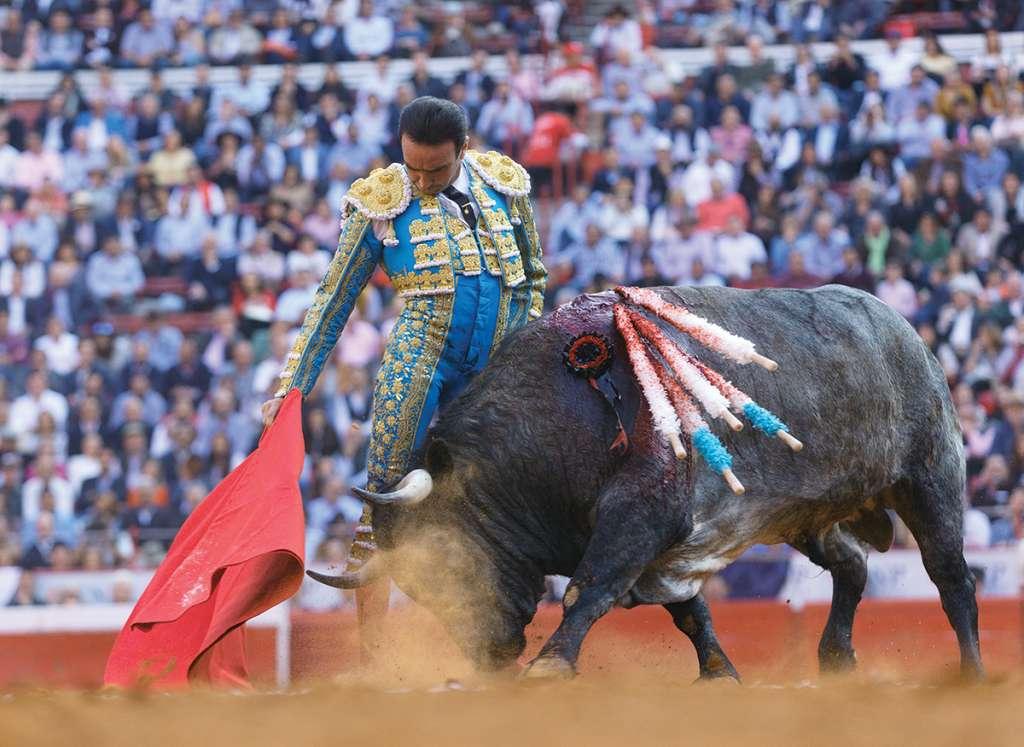 VERTICAL. Enrique Ponce toreó asentado y templado al primero de su lote. Foto: PABLO ESPARZA