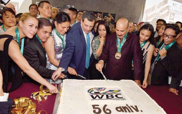 POSTRE. Así partieron el pastel Mauricio Sulaimán y leyendas del boxeo. Foto:  PABLO SALAZAR SOLÍS