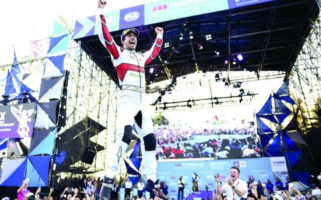 APROVECHA. Lucas Di Grassi festejó su victoria en el Hermanos Rodríguez, tras haber dejado atrás al alemán Wehrlein. Foto: MEXSPORT