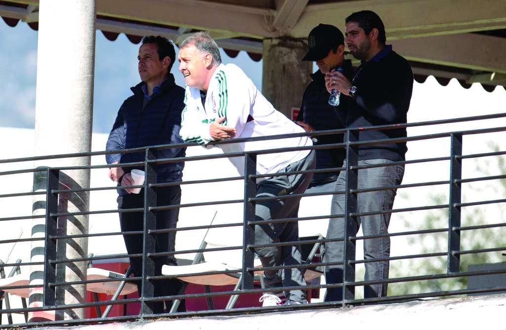 MIRADA. El DT de la Selección ha observado ya a varios clubes de la Liga MX. Foto: MEXSPORT