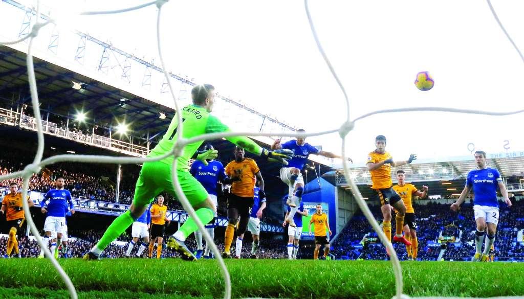 LETAL. Raúl Jiménez aprovechó una jugada de táctica fija para marcar el segundo tanto de los Wolves con un remate de cabeza. Foto: REUTERS