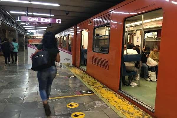 Resultado de imagen para toman fotos a mujeres en el metro