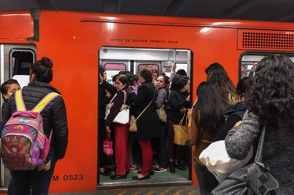 Aspecto de distintas estaciones del sistema colectivo Metro, donde desde hace semanas se ha viralizado las denuncias en redes sociales de mujeres acosadas por pasajeros e incluso varios intentos de secuestro. Foto: Cuartoscuro