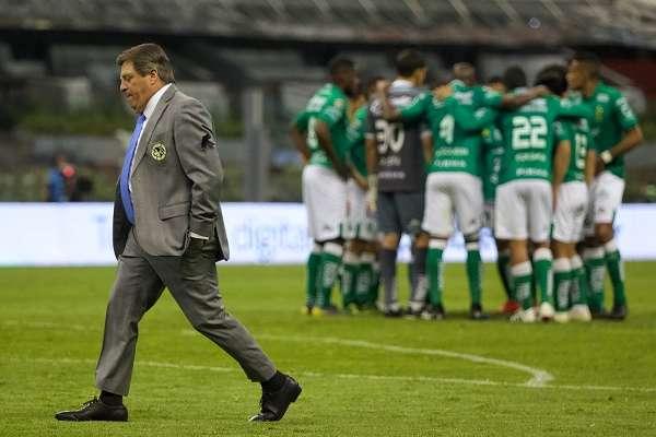 CONTRASTE. Miguel Herrera, desolado, ante el festejo de los Esmeraldas. Foto: Cuartoscuro