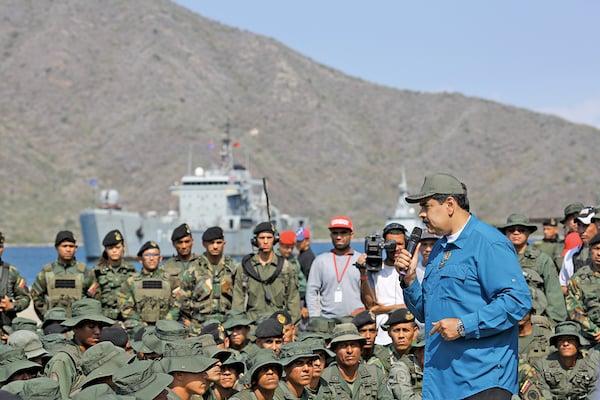 El presidente Maduro pronunció ayer otro discurso a las fuerzas castrenses para solicitarles su lealtad. Foto: AFP