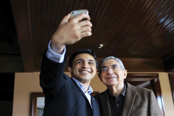 SEÑALADO. Óscar Arias (der.) junto a un activista de derechos humanos en Venezuela. Por EFE