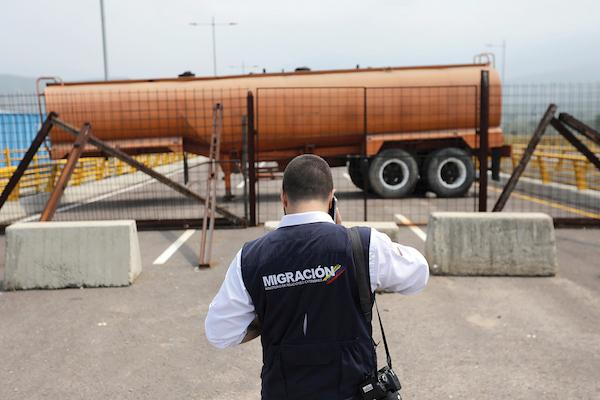 CÚCUTA. Un tanque de combustible bloquea el paso en el puente fronterizo entre Colombia y Venezuela. Foto: Reuters