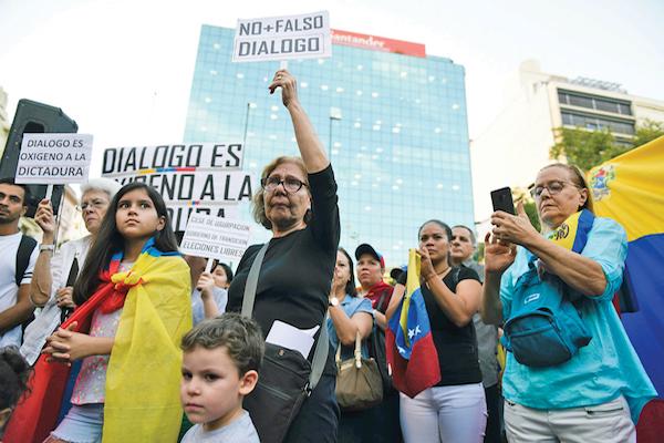 En Montevideo hubo protestas en contra y a favor de la búsqueda de un diálogo en Venezuela. Foto: AP