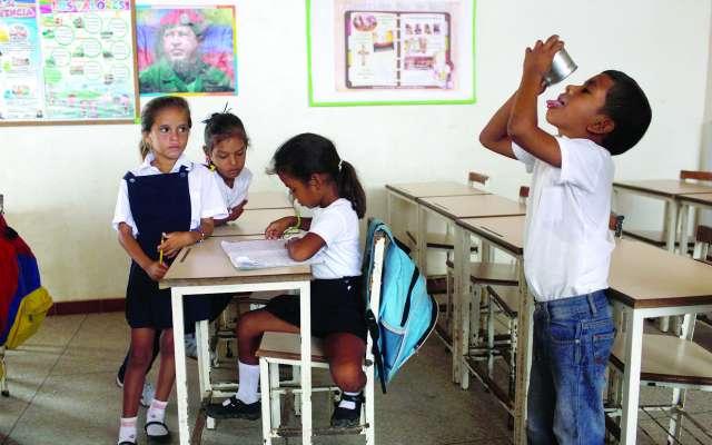 La falta de recursos y la hiperinflación han impedido que los niños vayan a clases. FOTO: AP