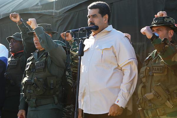 Maduro volvió a participar ayer con militares, en medio de la crisis de su gobierno. Foto: Reuters